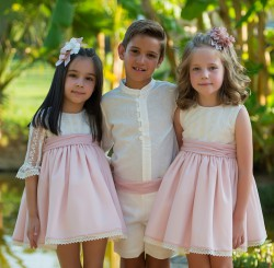 conunto de niño con camisa y pantalón en color beige de lino y fajin en color rosa nude.